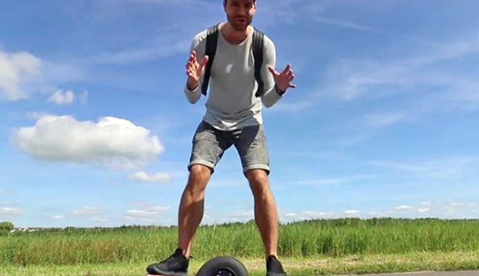 Volendamse zanger Simon Keizer had in 2017 al een Onewheel