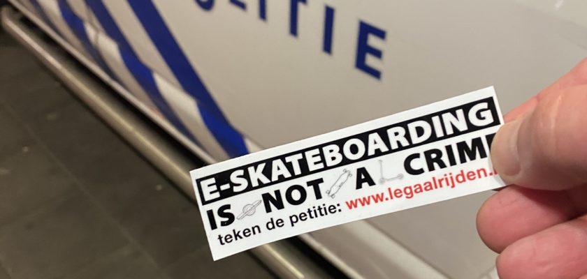Wildplakken van legaalrijden stickers is verboden