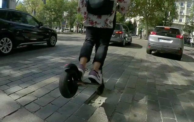 Laat gebruikers van een LEV met een stuur zelf kiezen of ze een helm willen dragen